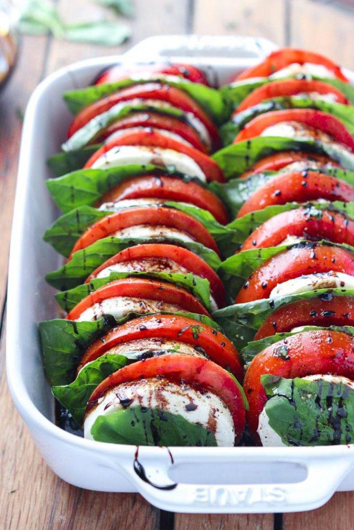 Dekorativer Caprese Salat für eine Sommerparty. Noch mehr tolle Rezepte gibt es auf www.Spaaz.de