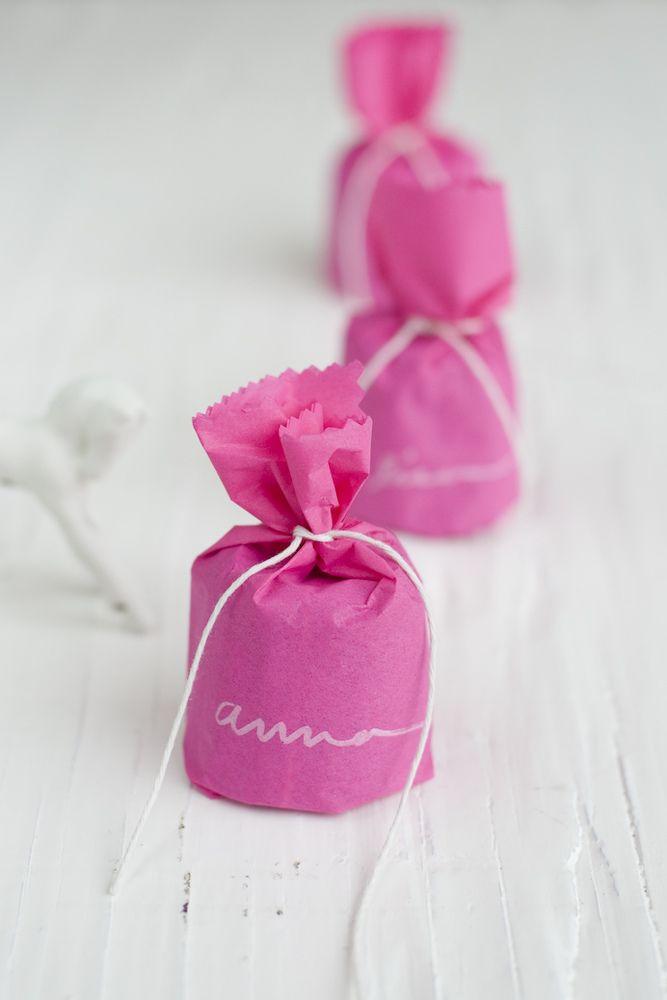 DIY : Mini French cake favors. http://www.frolic-blog.com/frolic/2011/12/canelé-cake-favors.html Photo: Lisa Warninger http://www.lisawarninger.com for Project Wedding: http://www.projectwedding.com