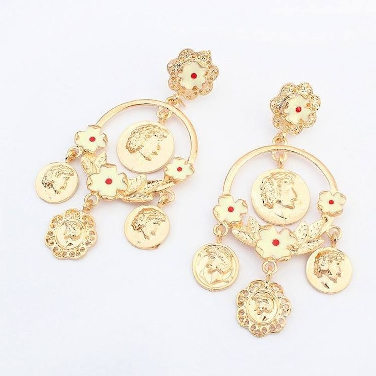 Chandelier earring with golden coin pendants soon available in www.misha.tn #coin #jewelry #MISHAxME  #shopping #tunisia
