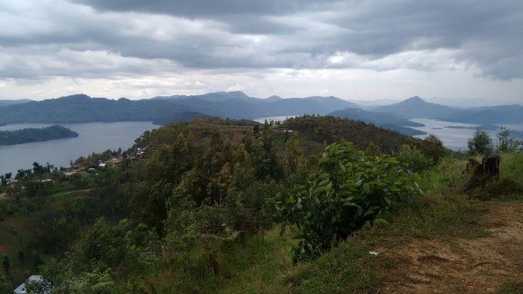 Rwanda to bardzo mały kraj i ilość miejsc wartych odwiedzenia jest ograniczona, więc dawkujemy je sobie powoli. Jedną z atrakcji jest z pewnością Park Narodowy Wulkanów na północnym-zachodzie kraju…
