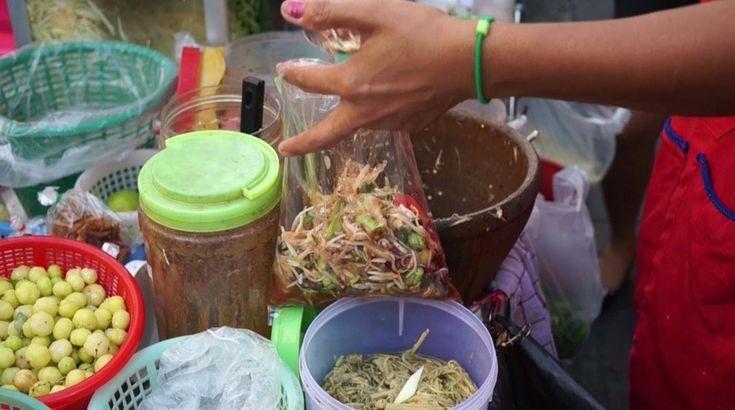 Som Tam (Salad Pepaya Hijau)  Som tam adalah olahan salad yang dibuat mengikuti ciri khas kuliner Thailand, yaitu asam dan pedas. Salad ini dibuat dari pepaya hijau yang diparut dan dicampur dengan bawang putih, cabe, gula, perasan jeruk nipis, dan saus ikan. Tidak hanya sebagai dessert, namun kamu juga bisa menjadikan som tam sebagai hidangan pedamping bersama ketan, ayam panggang, atau bihun.   Salad ini mudah sekali ditemui hampir di seluruh jalanan Bangkok, terutama area Chatuchak dengan…