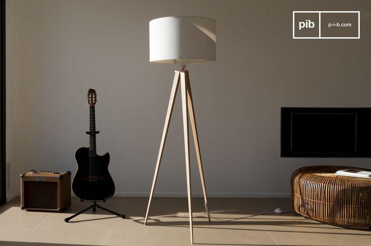 Diese DreifußLampe besticht durch ihre Eleganz und Leichtigkeit, kombiniert mit einer hervorragenden Verarbeitung und Beinen aus furniertem Holz, die das diskrete Stromkabel verstecken.