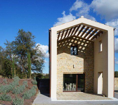 Il progetto casa M si inserisce armoniosamente nelle colline marchigiane grazie all'utilizzo di colori e materiali naturali quali la pietra, architravi e strutture in rovere, colori naturali dell'intonaco. Si tratta di una piccola abitazione per...