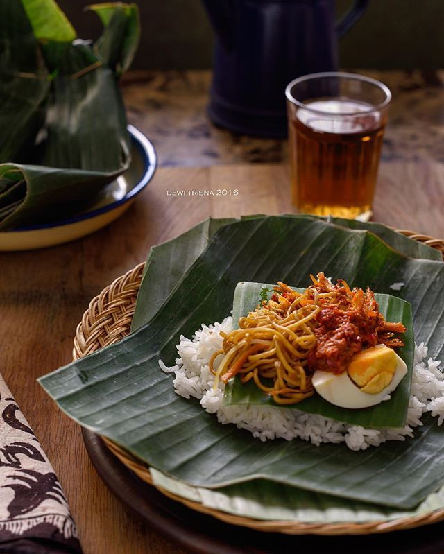 Nasi Jinggo. Nasi khas bali dengan porsi kecil tapi rasanya sedap, nikmat..... Satu bungkus??? Sayang...hanya ngotorin tangan doang. 2-3 bungkus baru berasa makan. Happy Fasting teman-teman #uploadkompakan #uk1ramadhan#kompakersqatar #nasijinggo #makanankhasbali#kulinerbali#indonesianfood