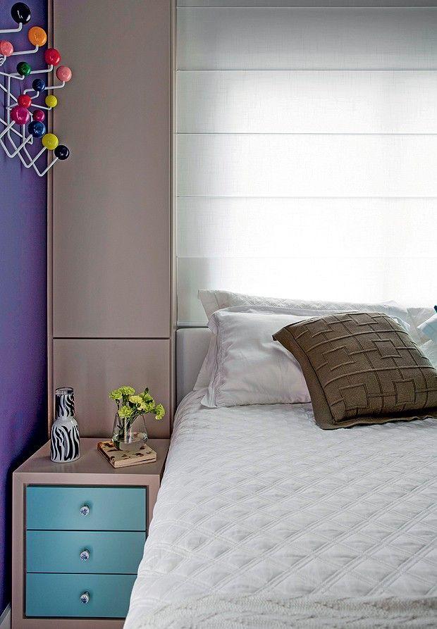 Encaixada na marcenaria, a cama é ladeada por armários e criado-mudo, que oferecem ainda mais espaço para guardar miudezas (Foto: Marco Antonio/Editora Globo)