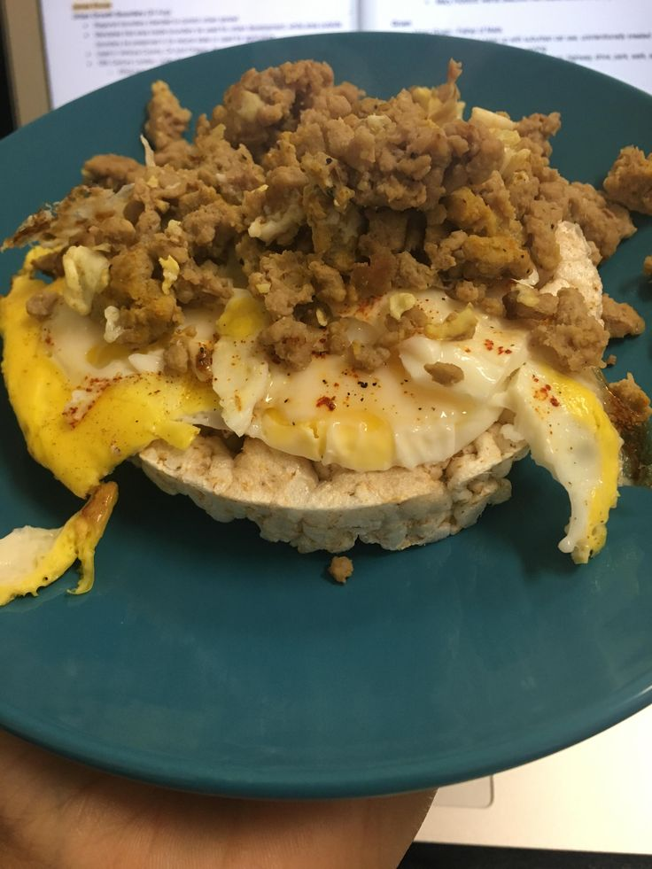 276 Calories: rice cake egg 4oz ground turkey (add some hot sauce turmeric/black pepper)