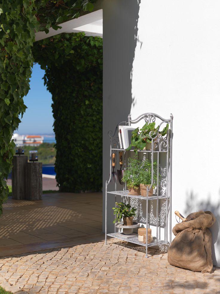 Frische Rosen, Gesunde Gewürze Oder Nostalgische Flohmarktfunde Finden Hier  Perfekt Platz. Das Romantische Regal