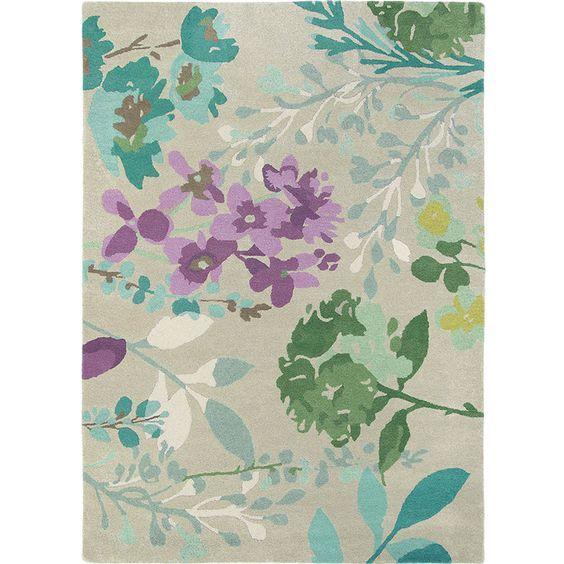 Dit Bluebellgray Braybrooke Linen tapijt is voorzien van kenmerkende oversized bloemen en bladeren in een fris palet van paars, groen en turquoise.