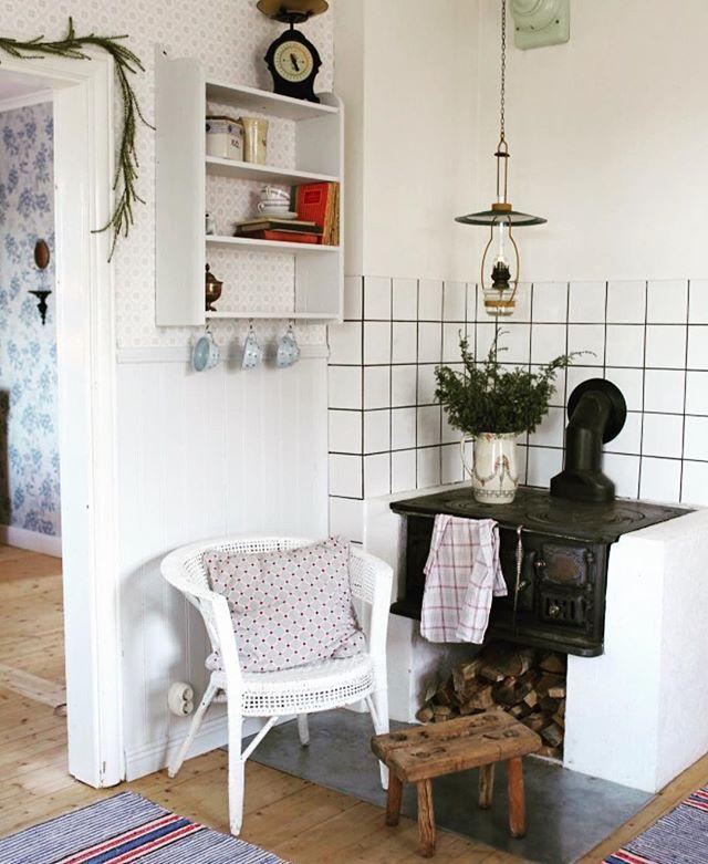 Rum efter rum kommer sakta iordning här hemma efter en vinter där allt känts högst nedgånget. Älskar känslan av att komma ikapp. // Pic from our kitchen - I love the wood stove #scandinavianhome #interior #inredning #byggnadsvård #finahem