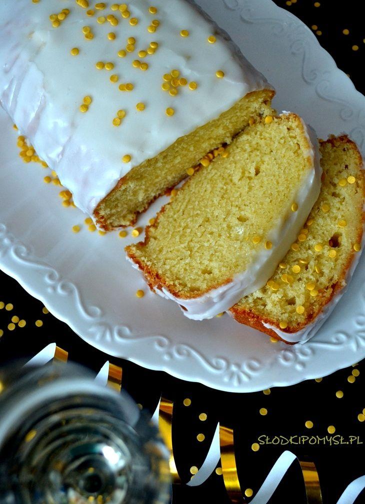 Babka z szampanem to idealny słodki pomysł na Sylwestra. Nie ma to jak przywitać Nowy Rok w gronie przyjaciół zajadając się słodką babką z szampanem!