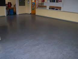 Een goede voorbehandeling van de linoleum vloer is belangrijk. Deze moet goed schoon zijn voordat u met de betonverf aan de slag gaat.