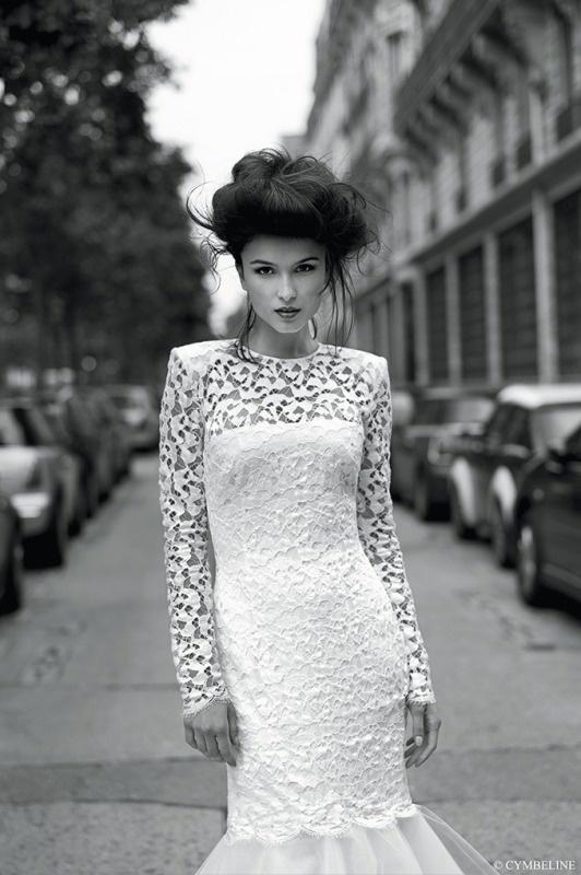 Koronkowa suknia z ekstrawaganckim dekoltem na plecach.