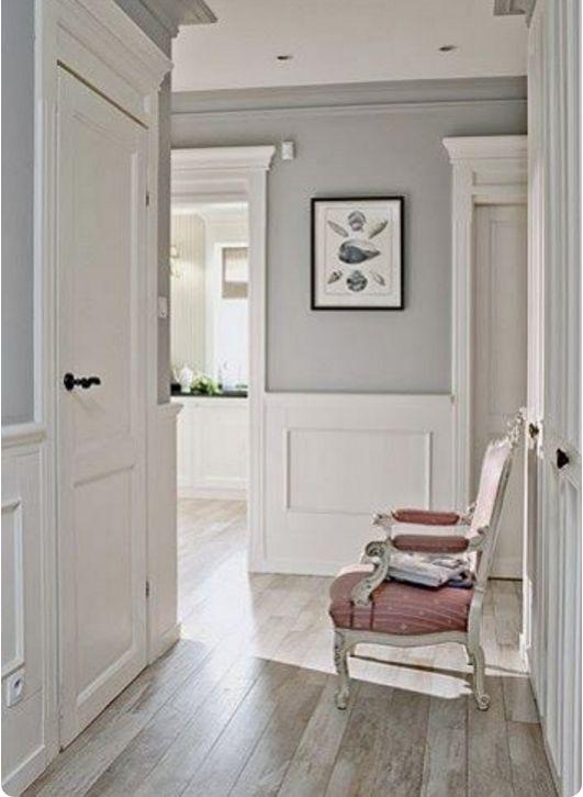 Arreda la tua casa con la boiserie in legno bianco.Opta per pannelli di legno lisci o lavorati e usa gli arnesi giusti