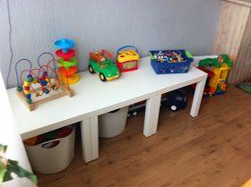 Organiseer speelgoed met ikea lack tafeltjes (€5) en wasmanden van action (€3) netjes en een speelplek!