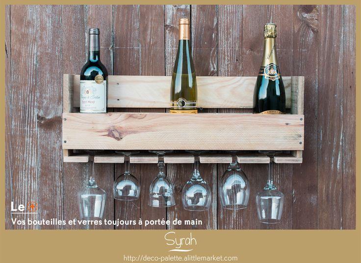 Cette étagère en palette recyclée s'intégrera parfaitement dans votre cuisine pour que vous ayez toujours à portée de mains vos meilleures bouteilles et leurs verres.  La contenance est de 6 bouteilles de vin ou de champagne. Le rangement pour les verres est inclus. #diy #etagere #rangement #decomurale #baravin #bouteilles #maison #palette #récuppalette #récup #faitmain #madeinnormandie #meublespalette #ecoresponsable #rustique #deco #meublesbois #alittlemarket #decopalette #decopalettebois