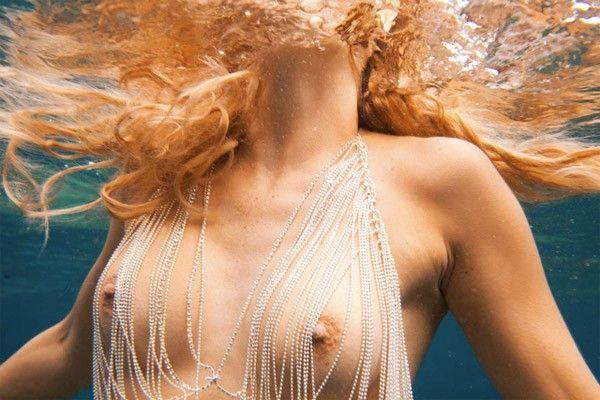 Esta artista es brasileña por adopción y de corazón. Captura fotografías de mujeres, a todas con cierto grado de desnudes. ¡A todas! Autumn Sonnichsen