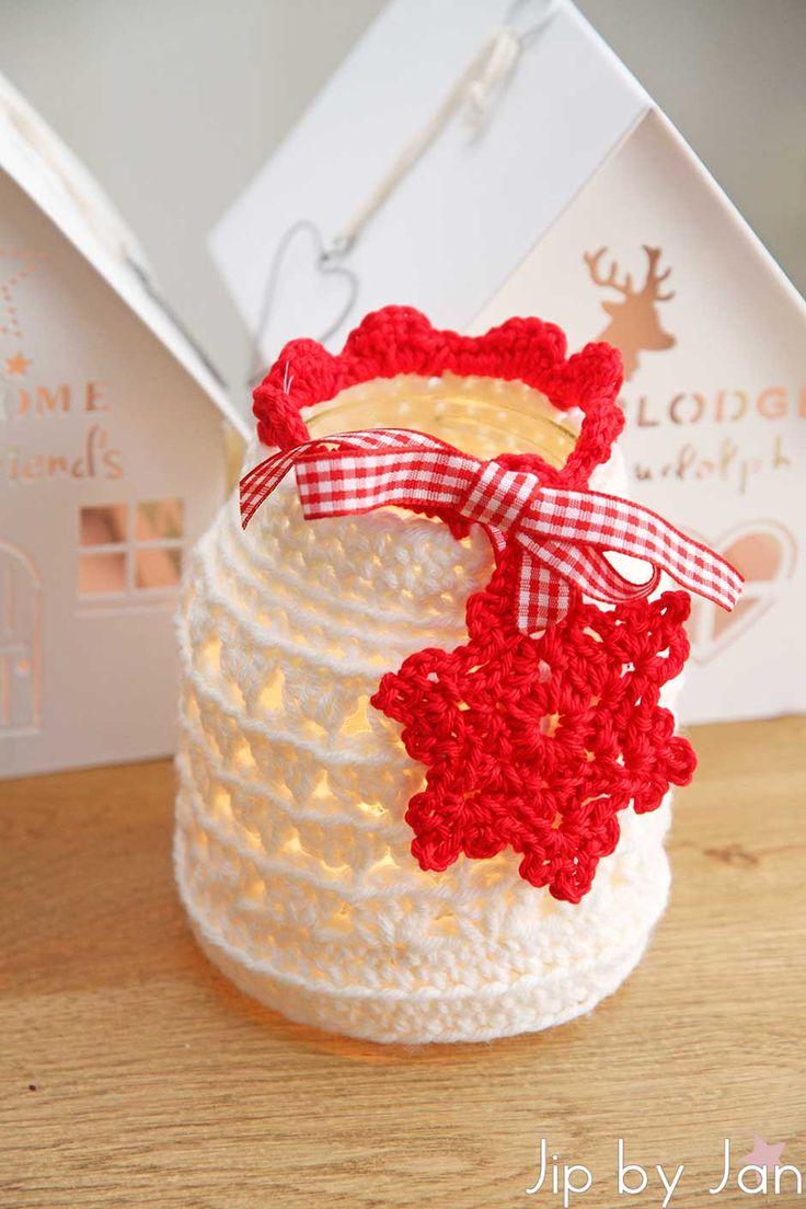 Windlichtje haken voor kerst. Haak een jasje om een glazen potje, versier hem met een gehaakt kristal en een lintje en klaar is je kerstige windlichtje.