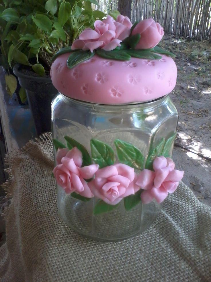 Pote enfeitado de flores rosas.