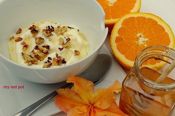 Pomarańczowa kasza manna z miodem i orzechami