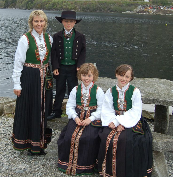 Mor og døtre i Sunnfjordbunad. Gutten i Nordfjordbunad