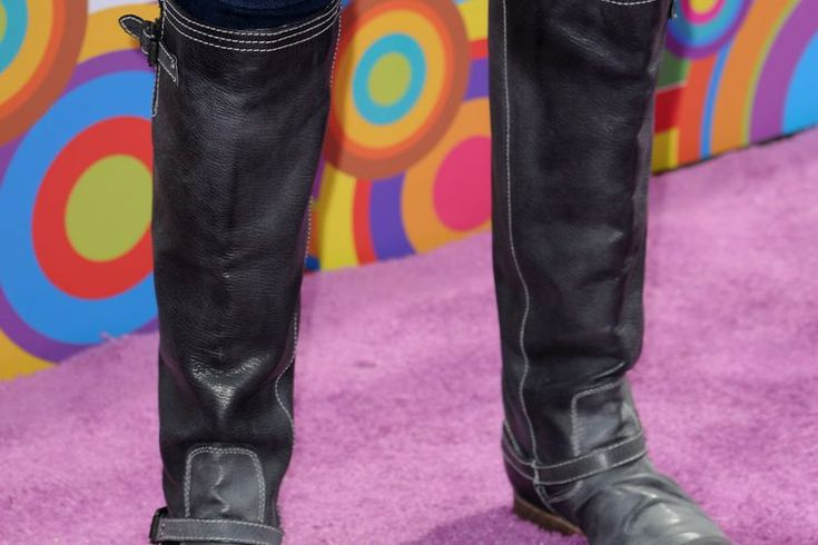 Qué prendas usar con botas de montar con un estilo moderno. Hay muchas razones por las cuales las chicas de todo el mundo prefieren las botas de equitación. Por empezar, los tacos bajos o planos las hacen súper cómodas. Tienen una forma favorecedora; el gran eje rígido crea la ilusión de piernas ...