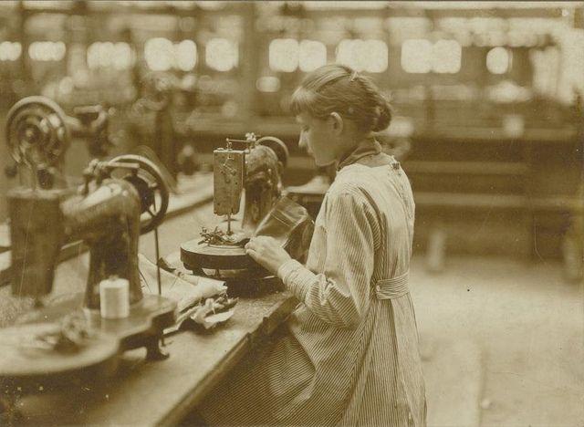 15 jarig meisje aan de knoopsgatenmachine in de schoenenfabriek van Jan van Arendonk, ,Tilburg, 1928