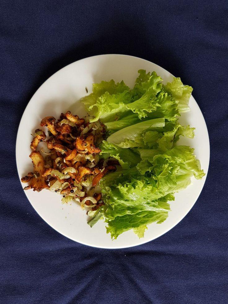 Сыроедные лисички. 😋  Маринад - растительное масло, морская соль, вяленые помидоры, репчатый лук - и в дегидратор на пару часов!  Приятного аппетита! 🍴