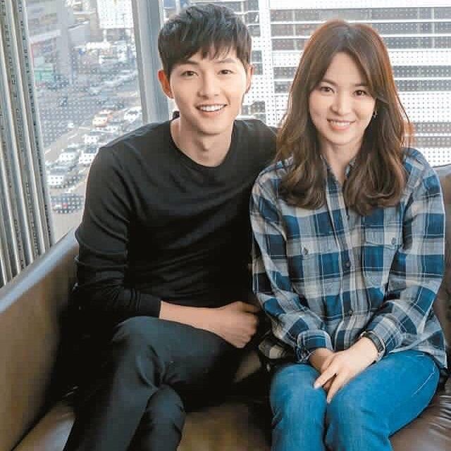 "160317 || Song Hye Kyo's thoughts on Song Joong Ki, said at DotS mid-drama press conference: ""Everyone is crazy about Yoo Si-jin these days. He's well-mannered, considerate of others and even checks in on the rookies. He's the best partner an actress could have"". ""Song Joong-ki is younger than me but I think I am more childish than him. I now know why everyone is crazy about him"". ""A lot of actors my age work with younger actors. Their age difference is usually around five years, but my age…"