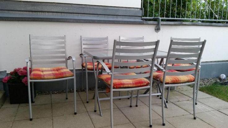 Gut erhaltener, klappbarer Gartentisch (leichte Gebrauchsspuren) aus pulverbeschichteten Stahl wetterfest/rostfrei. Mit 6 dazu stapelbar passenden Stühlen.Maße: 70cm × 110cmNur Selbstabholung!