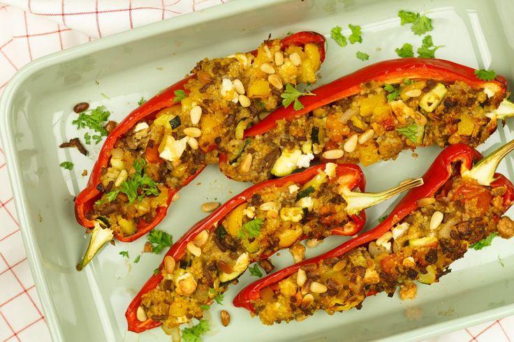 Gegrilde paprika met couscous en gehakt. Doordat we 'm nog even de oven inschuiven krijgt de paprika een heerlijk krokant korstje. Bon appétit!