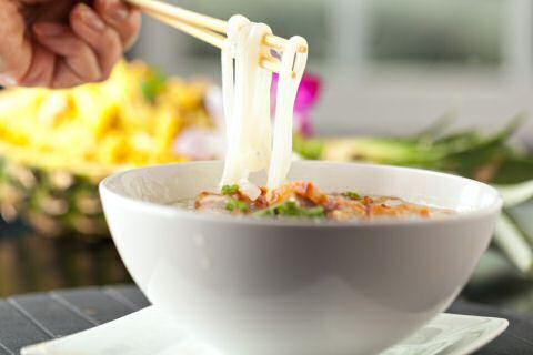 Op zoek naar een lekkere, makkelijke Thaise soep? Ga onmiddellijk aan de slag met dit snelle soep recept en breng de smaken uit Thailand in je keuken.