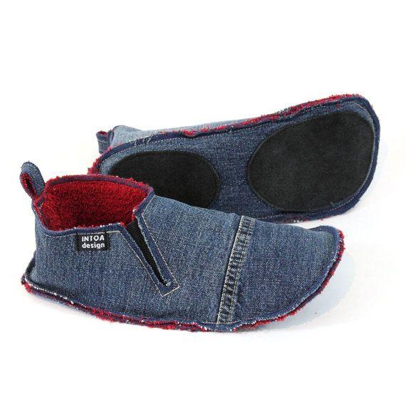 Pantoufles faites de jeans recyclés, fixé avec une bande de caoutchouc. Doublure est faite de laine feutrée ou éponge.  Les chaussons sont fabriqués sur commande, les photos montrent les exemples précédents (varient les couleurs disponibles).  La couleur de denim est soit bleu ou gris. Couleur de la doublure plus varie et dépend des matériaux disponibles. Vous pouvez souhaiter pour des couleurs spécifiques pour Jean et doublure en ajoutant une note sur la commande ou en demandant une…