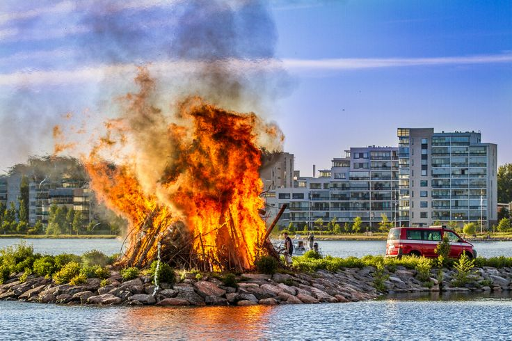 Midsummer bonfire at the harbor.  Photographer: Ilari Lehtinen