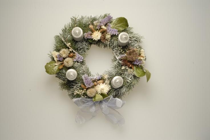 Adventní věnec - zimní pohádka Adventní věnec v módních pastelových barvách, sušené květiny, umělý sníh, jedlové chvojí, stříbrné svíčky, průměr cca 30 cm. Odběr osobně v okolí Anděla, doručení dle domluvy po celé Praze.