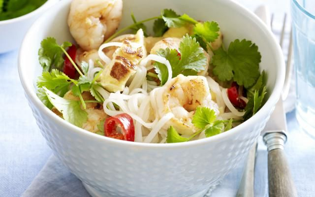 Thaise noedelsalade met scampi's