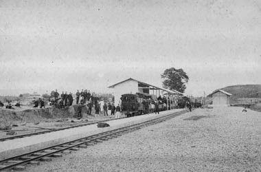 Rangkaian kereta api aceh pengangkut pasukan militer belanda sedang berhenti di stasiun glee kameng, nampak pada foto pasukan belanda beristirahat sambil off-steling di sekitar lokomotif