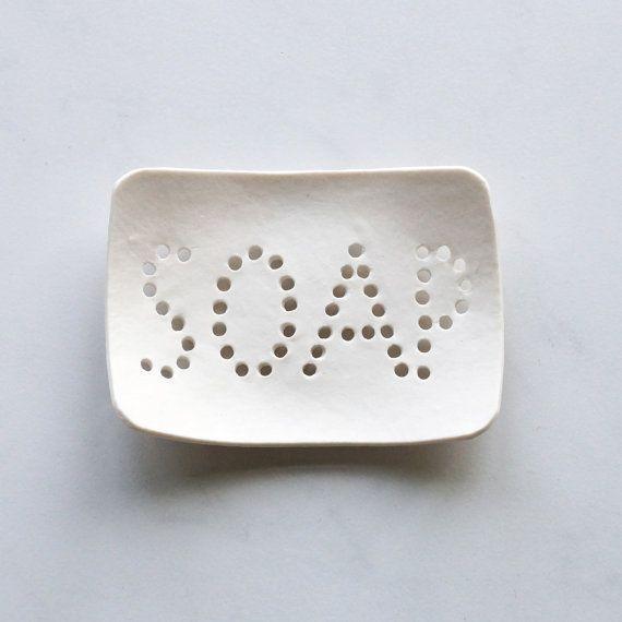 Löchrige Seifenschale. Weißes Porzellan, Schreib…