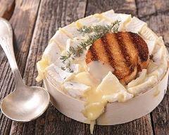 Camembert rôti au four : http://www.cuisineaz.com/recettes/camembert-roti-au-four-84403.aspx