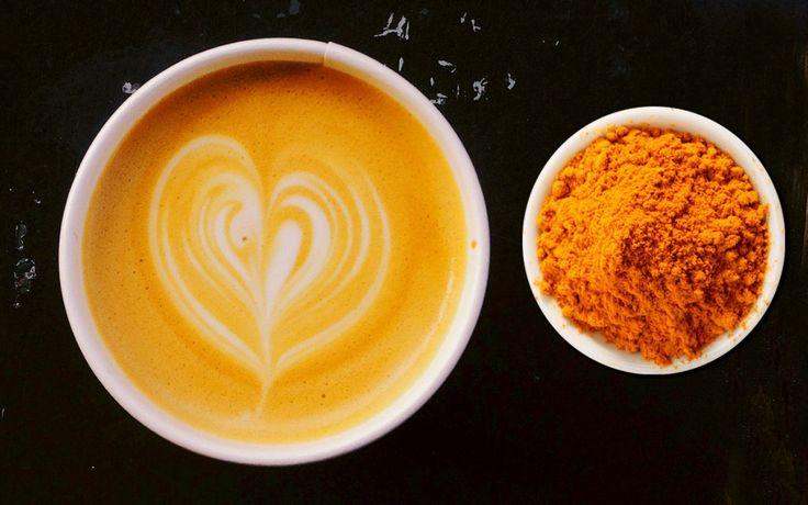 Koutje gevat? Drink een kurkuma latte -  Bijna iedereen heeft wel een potje koenjit in de kruidenla staan. Het is een specerij dat in de Aziatische keuken heel veel gebruikt wordt. Daarnaast wordt het met name in de Ayurvedische geneeskunst onder de naam kurkuma al heel lang toegepastbij hoest reumatische pijnen en slecht zicht. Het is de wortel van de plant die wordt gedroogd voor medicinale toepassing voor je:  Weerstand  Gewrichten  Spijsvertering  Gewichtsbeheersing  Bloedcirculatie…