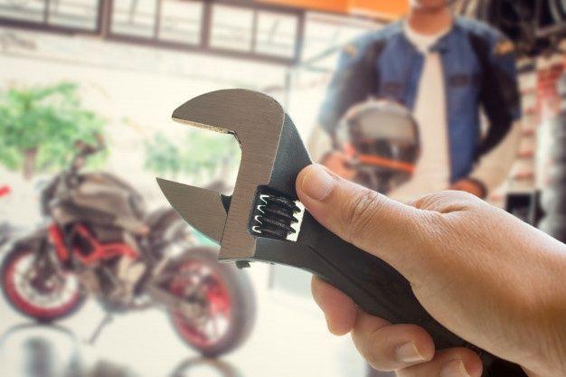 La Mano De La Persona Sostiene Una Herra Premium Photo Freepik Photo Vintage Mano Motocicleta Met Arreglar Bicicleta Cadena De Rodillos Aceite Coche