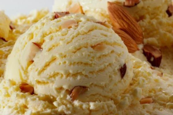 Cómo hacer helado de almendra. El helado de almendra es una alternativa deliciosa cuando deseamos preparar un postre sencillo, refrescante y versátil para combinar con otros platos dulces. Se trata de un fin perfecto para una cena ...