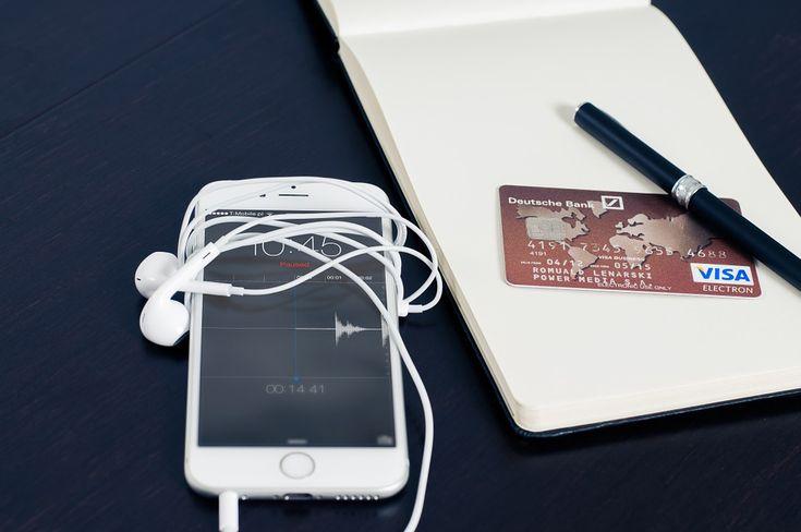 La percentuale degli italiani che usano gli smartphone per fare gli acquisti è aumentata.