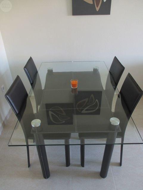 por traslado vendo mesa de comedor en cristal y piel sillas en