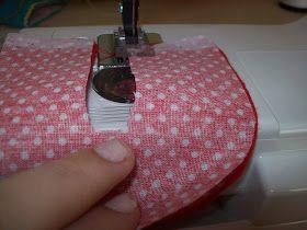 Material: Feltro Tecido Fita Máquina costura O Molde =) 0-6 meses 11cm 6-12 meses 13 cm Este molde serve para dois modelos d...
