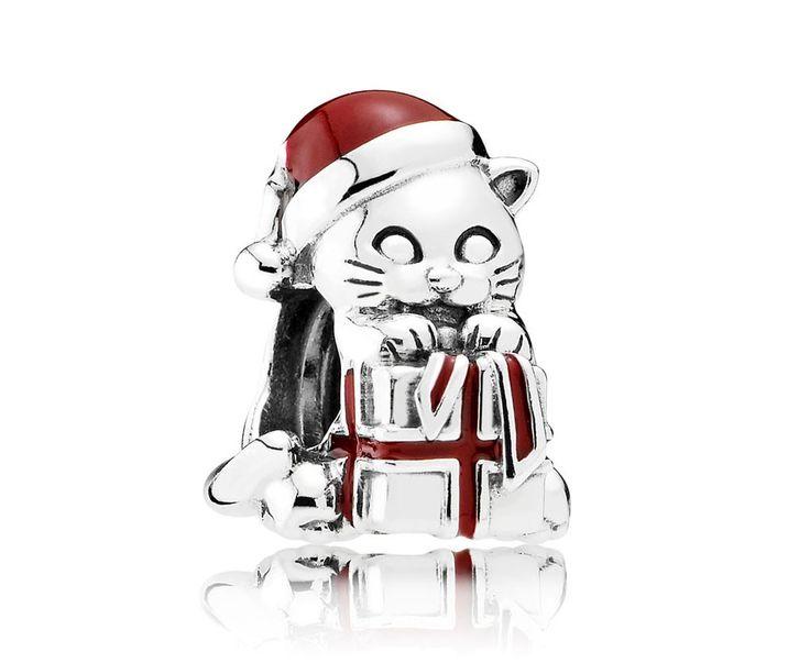 Pandora Bedel 'Kerst-kat' 792007EN39. Deze kat staat symbool voor alle cadeautjes die u u zult ontvangen tijden de Feestdagen. Uitgevoerd met een rode muts en  jasje. https://www.timefortrends.nl/sieraden/pandora/bedels.html