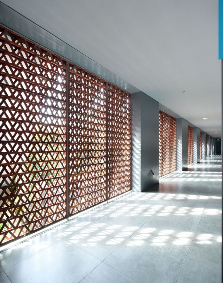Use of interwoven local material to create a vertically emphasised wall and open up a narrow space