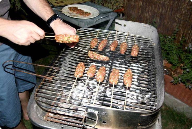 La palabra kebab significa 'carne a la parrilla'. el Kebab Kofte es carne de cordero picada insertada en una brocheta con especias y salsa de yogurt o tzatziki.