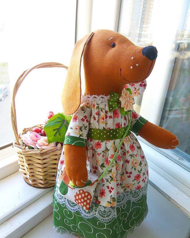 Вас приветствует собачка Молли -СИМВОЛ 2018 года (Желтая Земляная Собака)! Она принесет удачу, материальные блага и стабильность в новом году! Молли сшита из 100% хлопка, одета в нарядное платье, через плече у нее перекинута сумочка, куда можно положить бусеньки или денежку, шейку украшает нежный цветочек..Молли самостоятельно стоит и сидит, одежда не снимается, рост 30 см. Спешите заказать символ 2018 года различных расцветок - до Новогодних праздников! Цена 3500р. #best_handmade_rus