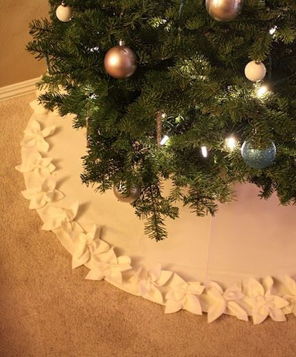 Embellish any tree skirt with pretty felt flowers!  Great way to add elegance to an otherwise plain skirt!  diy-christmas-tree-skirts