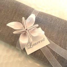 Ronds de serviette marques place  pour mariage en origami - fleur blanche en papier irisé - ruban organza - décoration table